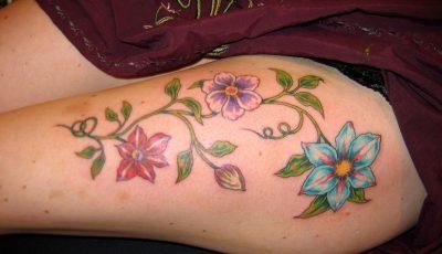 tatuaje en el muslo de color