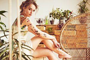 tatuajes de mujeres en el brazo de flores