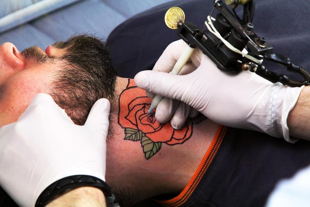 ejemplos de tatuaje de rosa roja para hombre
